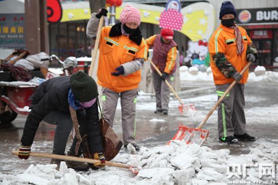环卫工人街头扫雪成为最亮 风 景图片