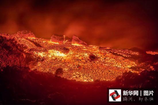 摄影师近距离拍摄喷发火山 岩浆汹涌如地狱一般(高清组