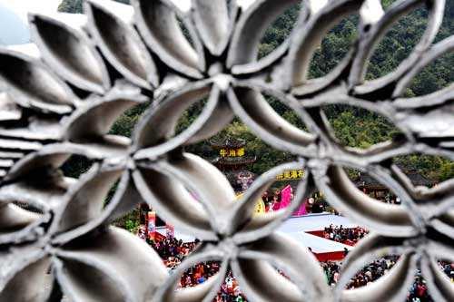 """广西环江县在风景秀丽的牛角寨风景区举办"""""""