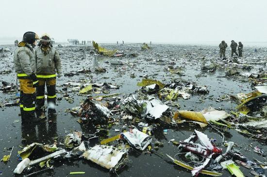 3月19日,在俄罗斯南部城市顿河畔罗斯托夫,俄紧急情况部工作人员在坠机事故现场工作。新华社/俄新社 莫斯科时间3月19日凌晨3时50分,沙特阿拉伯FlyDubai航空公司一架从阿联酋迪拜飞往俄罗斯南部城市顿河畔罗斯托夫的客机,在罗斯托夫机场降落时坠毁。这架航班号为FZ981的波音737-800客机搭载的62人全部遇难,其中机组人员7人、乘客55人。 事发后5个小时,俄紧急情况部在官网上公布了遇难者名单,在55名乘客中有33名女性、18名男性、4名儿童。据中国驻俄大使馆领事部通报,经核实,这架客机上没有中
