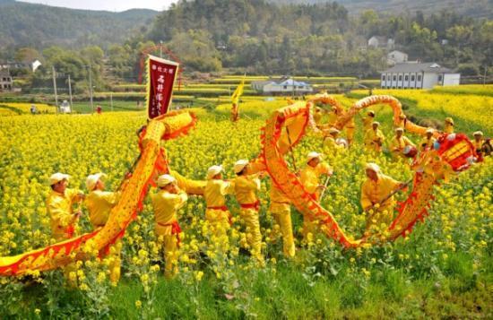 星村绿野农庄,春天的林荫大道在 宁海岔路桃园游客放风筝享受春日 图片