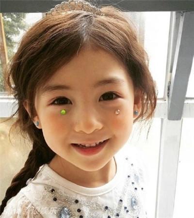 从她的微博来看,小萌娃出生于2011年4月25日,是一名韩美混血儿.