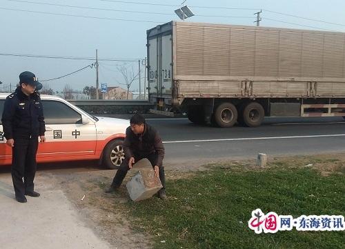如东:路边私设路障留隐患 路政及时清除保安全