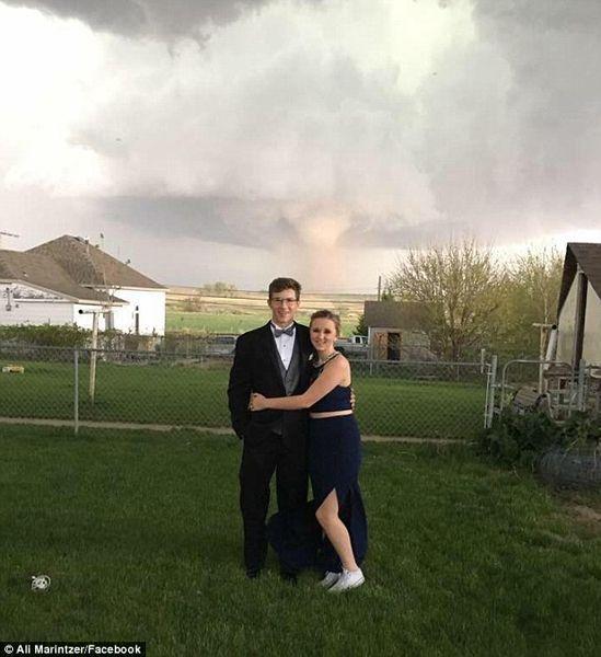 作死!美国高中生情侣龙卷风前淡定高中【图】遐想暑假自拍图片