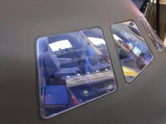 展出的国产运-20运输机模型相当精致,甚至可以看清座舱布局.