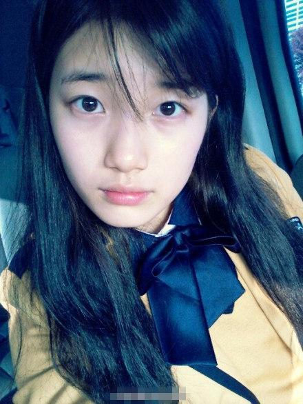 有网友偶遇赵薇带着女儿小四月拍戏,照片中,赵薇素颜朝天,戴着墨镜,小