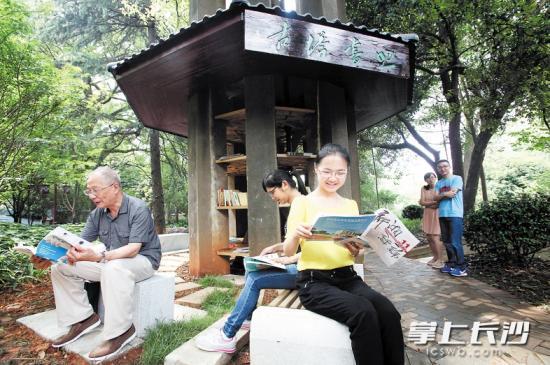 芙蓉区东湖街道创意改造 废弃老水塔变身自助书吧