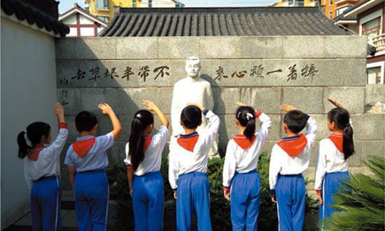 小学生在陶行知汉白玉雕像前敬礼