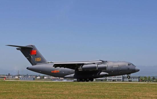 运-20飞机降落在空军某机场.新华社发