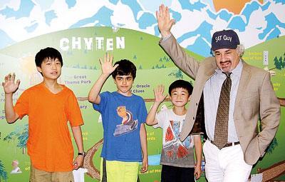 才腾(右一)和学生们合影。(美国《星岛日报》/李强