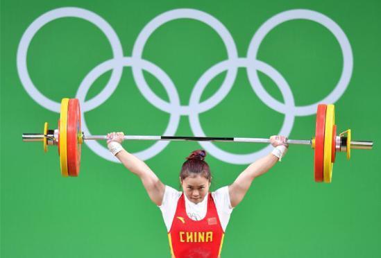 女子举重63公斤级邓薇破世界纪录夺冠
