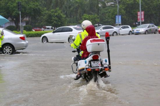 执勤交警骑摩托车帮助市民送生病小孩去医院. (交警支队供图)-海
