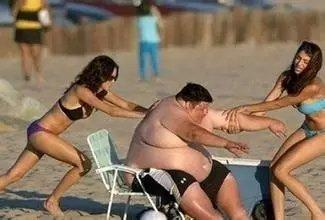 胖大妈给小伙玩照片_小伙娶外籍美女收获胖大妈概率多高如何才能