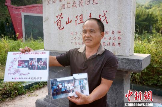 图为唐春林在觉山铺阻击战旧址前讲述父辈与红军的故事.图片