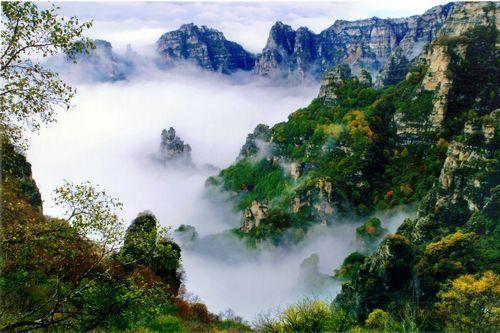 白石山景区位于河北省保定市涞源县城南15公里处,距首都北   京180