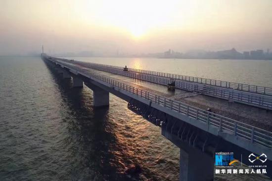 """主体桥梁工程实现贯通的港珠澳大桥 新华网发 唐耿澈摄 新华网广州9月27日电(记者 王攀 周强)27日,港珠澳大桥主体桥梁工程实现贯通。这是港珠澳大桥建设的一个重要节点,随着大桥施工进入岛隧工程收官阶段,为将来全线贯通奠定了重要基础。  作为中国桥梁建设史上技术最复杂、环保要求最高、建设要求最高的""""超级工程""""之一,这座跨海大桥汇集了一大批""""中国装备"""",采用了一系列""""中国工法"""",诞生了一整套""""中国标准""""&mda"""
