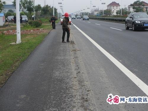 如东路政:及时清除路面污染 确保公路安全畅通