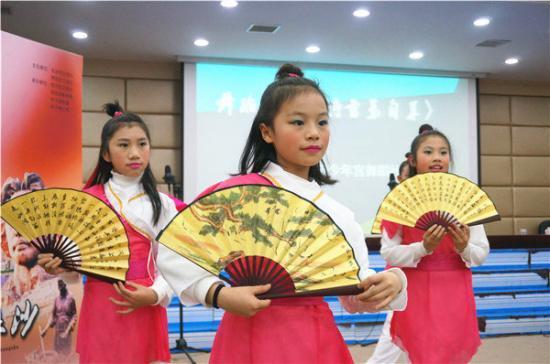 记者 黄超-长沙小学生结合原创诗歌纪念澳门回归17周年