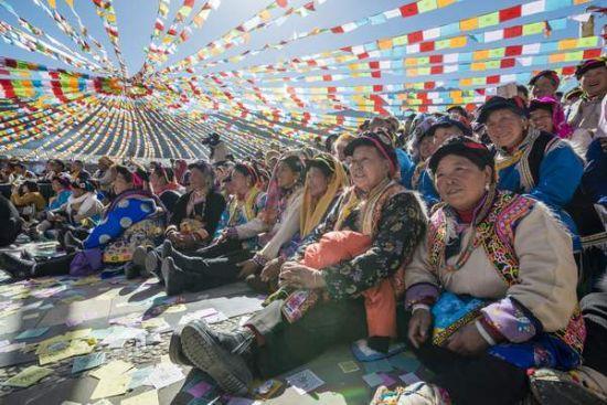 观看演出的藏族群众(孙振宇 摄)