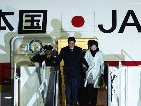 日本首相安倍晋三与妻子走下飞机