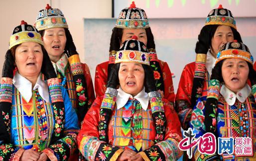 勒村活动现场,民间艺人演唱蒙古族长调歌.-新疆博湖村级 互动式