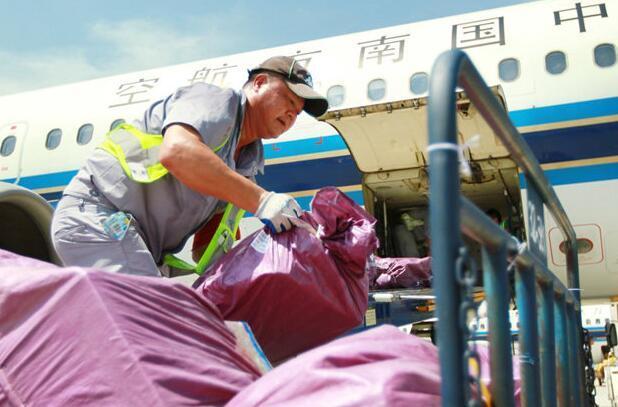 江苏持续高温 机场工作人员仍坚守岗位