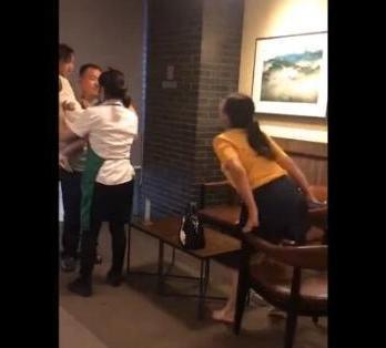女子咖啡店内赤脚搭餐桌上带狗不栓绳还辱骂其它顾客