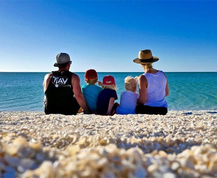 年轻夫妻带三娃驾房车环澳旅行