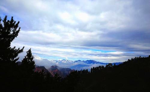 巨峰云雾缭绕恍如仙境