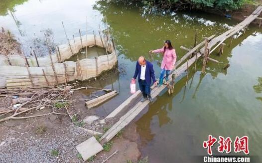 """长江孤岛上的""""夫妻哨""""  24小时守电缆"""