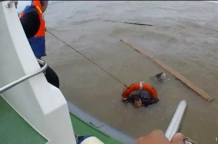 江阴海事12分钟救起两名落水者