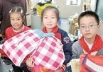 镇江小学生捐赠旧衣 温暖丽江的孩子