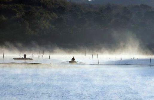 江苏句容湖面雾气蒸腾 美若仙境