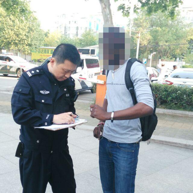 外籍女游客事故 5旬交警英语出警