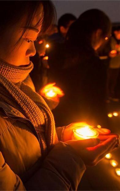 点亮烛光悼念遇难同胞