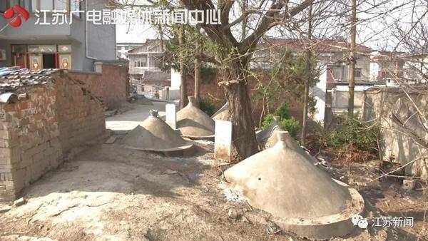 泰州一户人家被19座坟墓包围 官方:清明前后将组织平坟