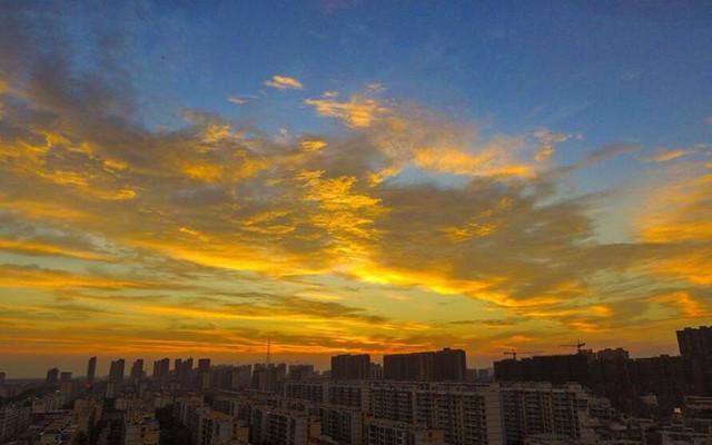 江苏淮安出现壮观火烧云景观