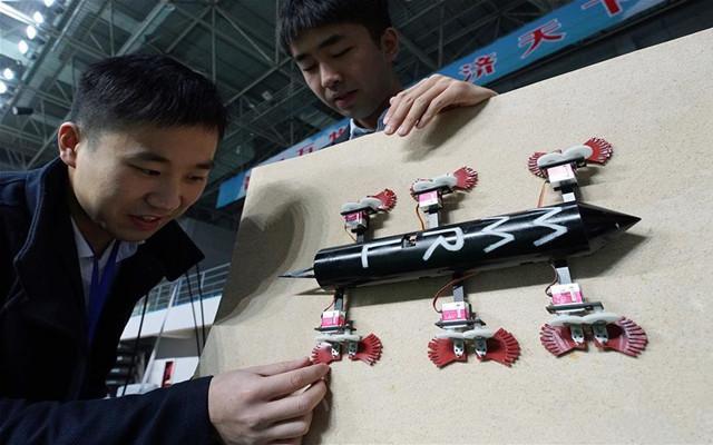 南京航空航天大学研究生展示创新实验成果