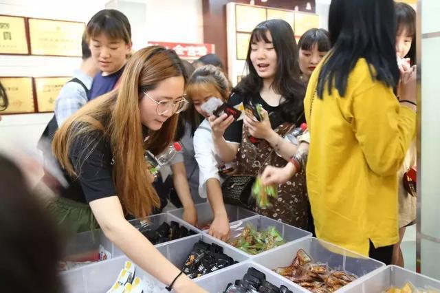 四川工商职业技术学院师生莅临金宫味业参观学习