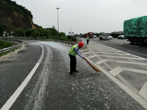 杭金衢高速不到4小时快速处置20吨玻璃掉落事故